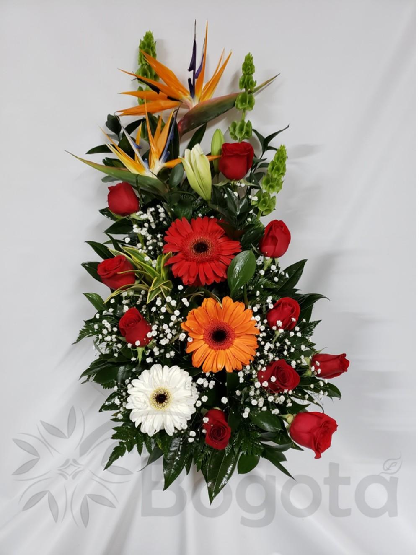 Arreglo floral con rosas y gerberas